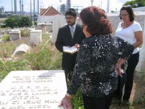 De oude joodse begraafplaats wordt 'ingekapseld' door de raffinaderij.