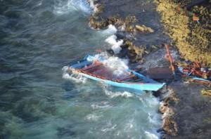 Het bootje van de drugssmokkelaars werd op de kust geworpen.