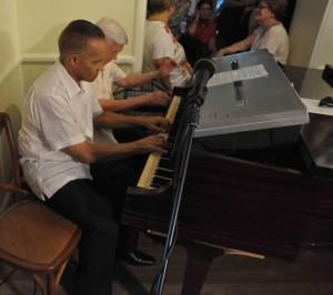 Wim Statius Muller en Robert Rojer spelen quatre-mains.