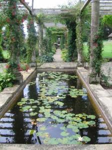 De schitterende, ruim 100 meter lange pergola van West Dean Gardens