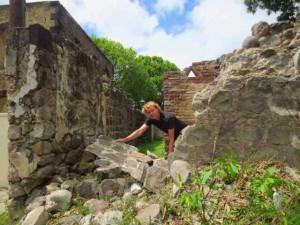 Walter Hellebrand bij de vernielde, historische muur.