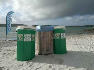 GreenForce Curaçao zorgt voor afvalbakken op de stranden van Curaçao (foto: GreenForce)