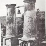 Foto van de slavenbel op Porto Mari uit het boek De monumenten van Curaçao van prof. dr. M.D. Ozinga uit 1959.