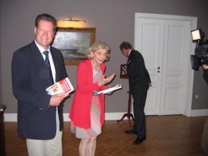 Frits Enschedé, kleinzoon van Mimi Rainer, Reinildis van Ditzhuijzen en de ambassadeur tijdens de boekpresentatie.