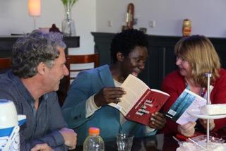 Ron, Babah en Marjan bekijken Babah's roman.