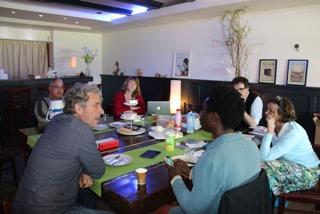 Bespreking van de presentatie tijdens een werklunch in Amsterdam