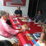 Vertegenwoordigers van de schoolbibliotheken luisteren naar een praatje van Ron Gomes Casseres van de Mongui Maduro Library
